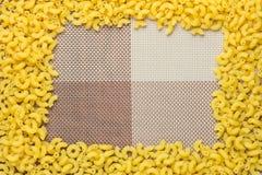 Macaronis crus mettant un cadre de tableau Photo stock