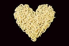 Macaronis dans en forme de coeur Photographie stock libre de droits
