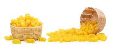 macaronis dans le panier sur le fond blanc photo stock