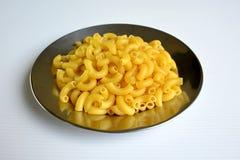 macaronis dans le plat photos stock