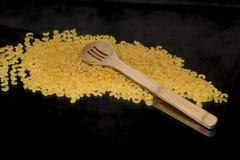 Macaronis de pâtes avec la cuillère Image libre de droits