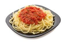 Macaronis de spaghetti de pâtes sur le blanc image stock