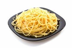 Macaronis de spaghetti de pâtes sur le blanc images stock