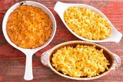Macaronis du fromage trois dans le pot d'argile différent image libre de droits