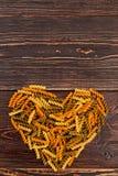 Macaronis en spirale formant la forme de coeur Image stock