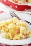 Macaronis et fromage avec du jambon photo libre de droits