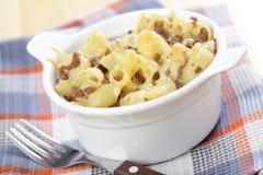 Macaronis et fromage avec le boeuf haché photos stock