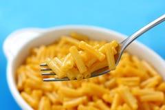 Macaronis et fromage sur une fourchette photographie stock libre de droits