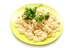 Macaronis et persil de plaque verte Image stock