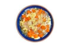 Macaronis et soupe minuscule à jambon avec la carotte et l'oignon d'isolement sur b blanc images stock