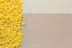 Macaronis placés du côté du tissu Photographie stock libre de droits