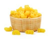 Macaronis secs dans le panier photographie stock libre de droits