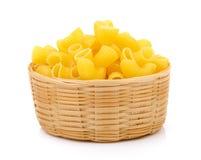 Macaronis secs dans le panier photo stock