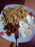 Macaronischotel met weegbree stock afbeeldingen