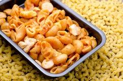 Macaronitomatensaus met kippenplaats in pan stock afbeeldingen