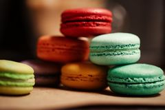 macarons蛋糕金字塔  食物概念在面包店 特写镜头照片 大下落绿色叶子宏观摄影水 库存图片