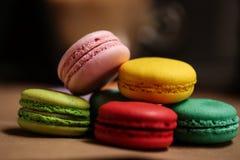macarons蛋糕金字塔  食物概念在面包店 特写镜头照片 大下落绿色叶子宏观摄影水 免版税图库摄影
