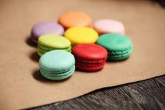 macarons蛋糕金字塔  食物概念在面包店 特写镜头照片 大下落绿色叶子宏观摄影水 库存照片
