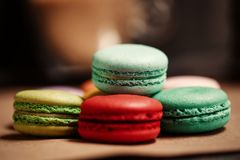 macarons蛋糕金字塔  食物概念在面包店 特写镜头照片 大下落绿色叶子宏观摄影水 免版税库存图片