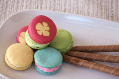 Macarons设置了与葡萄酒图片样式或甜图片样式 库存图片