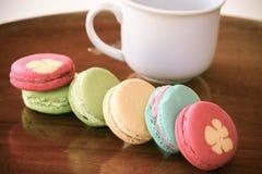 Macarons设置了与葡萄酒图片样式或甜图片样式 库存照片