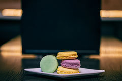 Macarons σε έναν ξύλινο πίνακα Στοκ Εικόνες