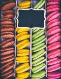 Macarons σε ένα κιβώτιο εγγράφου Στοκ Φωτογραφίες