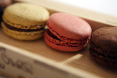 Macarons σε ένα κιβώτιο Στοκ εικόνα με δικαίωμα ελεύθερης χρήσης