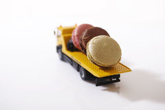 Macarons σε ένα μικροσκοπικό αυτοκίνητο Στοκ εικόνα με δικαίωμα ελεύθερης χρήσης