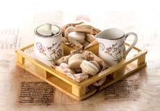 Macarons στο ξύλινο κιβώτιο Στοκ φωτογραφία με δικαίωμα ελεύθερης χρήσης