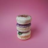 Macarons στο ρόδινο υπόβαθρο, όμορφο επιδόρπιο τρία πράγματα στη στήλη Στοκ Φωτογραφίες