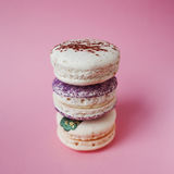 Macarons στο ρόδινο υπόβαθρο, όμορφο επιδόρπιο τρία πράγματα στη στήλη Στοκ Εικόνες