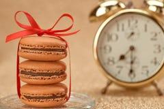 Macarons Будильник золота стильный, время завтрака Стоковые Фотографии RF