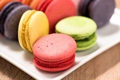 Macarons в плите на деревянной таблице Стоковая Фотография