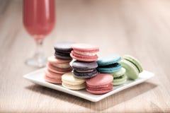 Macarons в плите на деревянной таблице Стоковое Изображение