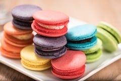 Macarons в плите на деревянной таблице Стоковая Фотография RF