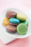 Macarons в тарелке Стоковые Изображения RF