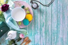 Macarons или macaroons и красивое десерта молока сладостное, который нужно съесть дальше Стоковые Изображения RF