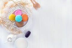 Macarons или macaroons и красивое десерта молока сладостное, который нужно съесть дальше Стоковая Фотография RF
