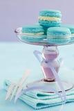 Macarons на стойке торта Стоковая Фотография