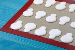 Macarons на циновке силикона Стоковые Фотографии RF