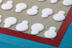 Macarons на циновке силикона Стоковое Изображение RF