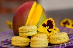 黄色macarons 免版税库存照片