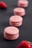 Macarons allineati della fragola fotografie stock