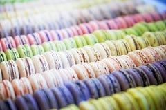Macarons arredondado coloridos dos doces em uma caixa na mostra do th Imagem de Stock