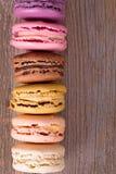 Macarons au-dessus de vieux bois Photographie stock libre de droits