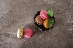 macarons auf einer grauen Hintergrundminze lizenzfreie stockfotos