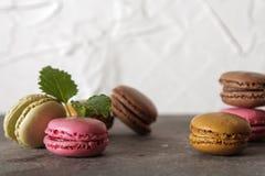 macarons auf einer grauen Hintergrundminze stockfoto