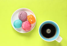 Macarons mit acup des Kaffees Stockbilder