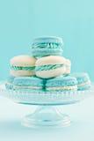 Macarons auf Kuchenstand Stockfotos